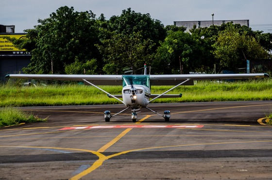 images/Small-plane-taxiing.jpg